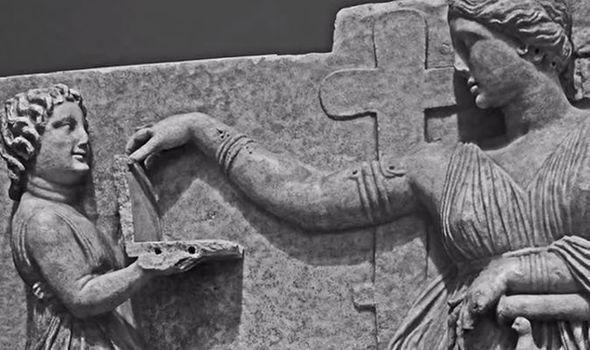 {#j希臘雕像顯示,一名女子拿著一台筆記本電腦.jpg}