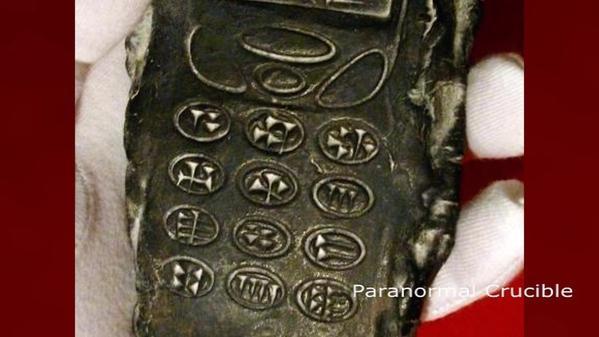{#800年前手機粘土模型,酷似老式愛立信或諾基亞型號的手機。.jpg}